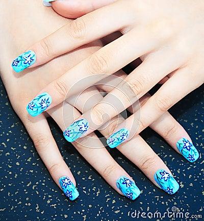 Hände mit Nagelkunst