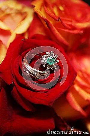 Hochzeits-Ringe auf Blumenstrauß - rote Rosen