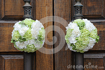 Lizenzfreie stockbilder hochzeitsblumen auf der kirchetür