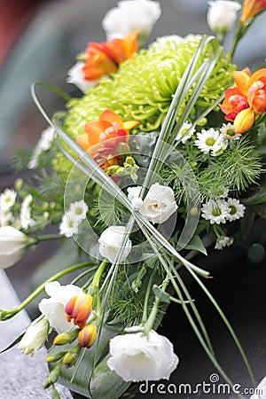 Hochzeitsblumenstrauß auf Auto