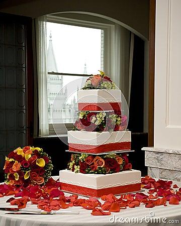 Hochzeitskuchen und -blumenstrauß