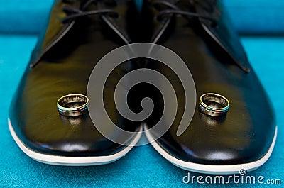 Hochzeitsringe auf Schuhen