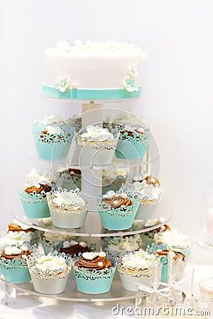 Hochzeitstorte Und Kleine Kuchen Im Braun Und Creme In Blauem, Im ...