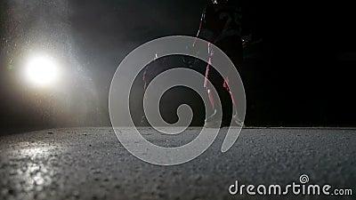 Hockeyspieler machen Eisscheine auf der hohen Geschwindigkeit, die in der Dunkelheit auf Arena bremst stock video