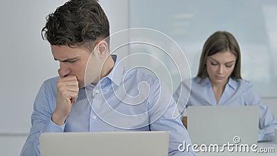Hoest, Zieke Jonge Zakenman Coughing op het Werk stock videobeelden