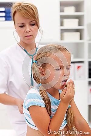 Hoestend meisje op gezondheidscontrole