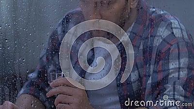 Hoffnungslose männliche trinkende leidende Krise des Wodkas von mittlerem Alter, Alkoholsucht stock footage
