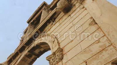 Hoge marmeren muur van de Poort van antieke Hadrian in Athene, oud historisch monument stock footage