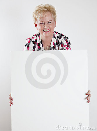Hogere vrouw die een leeg wit teken houdt