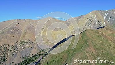 Hoher Berg schellte und Wald in der Idaho-Wildnis mit einem blauen Himmel stock footage