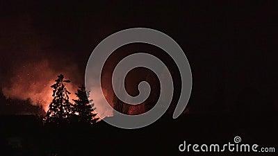 Holderberg,摩尔斯-德国2018年11月08日:可怕的火燃烧在Holderberg村庄  影视素材