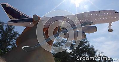 Holding-Spielzeugflugzeug der Frau Hand stock video footage