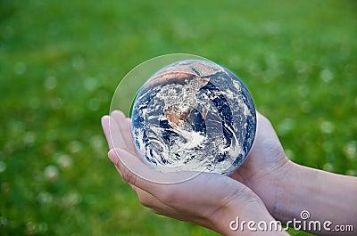 Holdingen för handen för jordmiljöjordklotet sparar