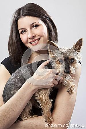 Holdinghund der jungen Frau