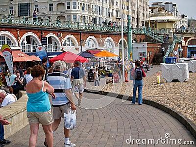 Holiday-makers em Brigghton, Reino Unido. Foto Editorial