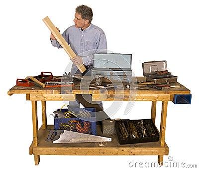 Holzbearbeitung, aktiver Mann mit Hobby als Heimwerker