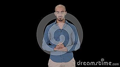 Hombre árabe en finger de fabricación casual del gesto de la atención para arriba, Alpha Channel metrajes