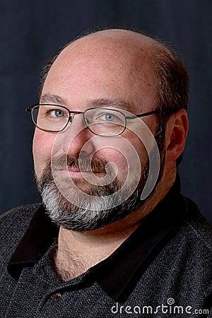 Hombre barbudo calvo sonriente