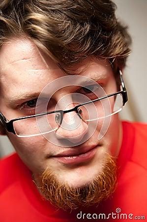 Hombre barbudo en vidrios