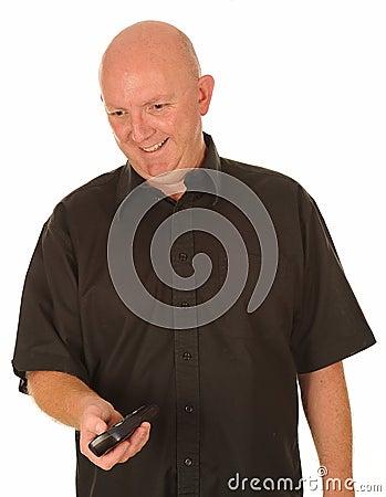 Hombre calvo con el telecontrol