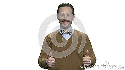 Hombre caucásico elegante que da los pulgares para arriba almacen de metraje de vídeo