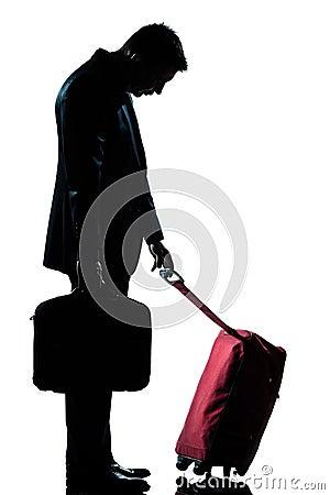 Hombre caucásico de las hojas de ruta (traveler) de asunto cansado