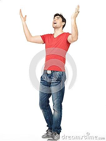 Hombre con en casual con las manos aumentadas para arriba aisladas