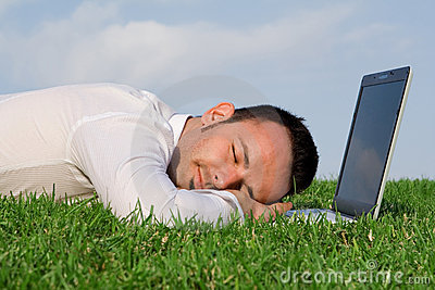 Hombre con exceso de trabajo cansado