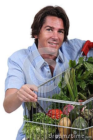 Hombre con la carretilla vegetal