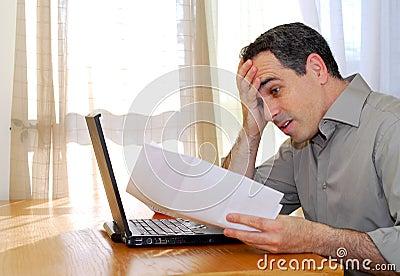 Hombre con la computadora portátil