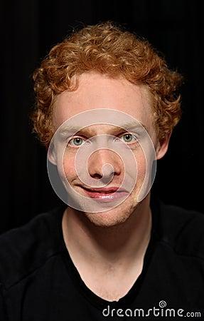 Hombre con la expresión inusual (esquizofrenica)