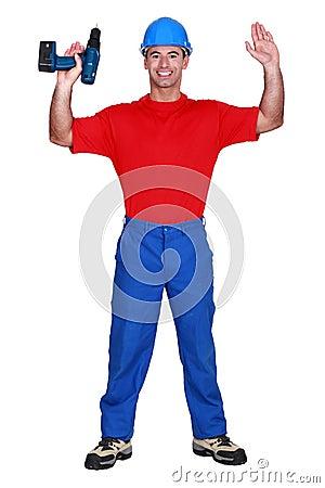 Hombre con los brazos aumentados