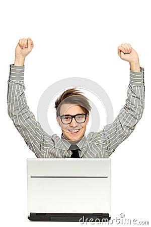 Hombre con los brazos levantados usando la computadora portátil