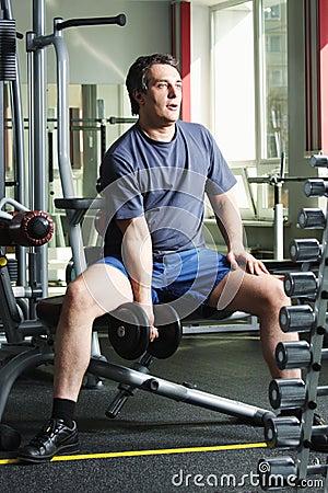 Hombre con pesa de gimnasia