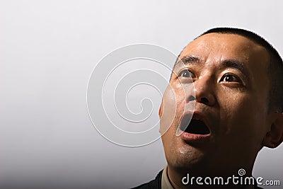 Hombre con reblandecer la cara dada una sacudida eléctrica