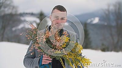 Hombre con un ramo de flores almacen de video