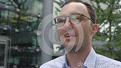 Hombre contando una historia a alguien fuera de escena metrajes