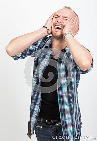 Hombre dado una sacudida eléctrica que grita en la desesperación