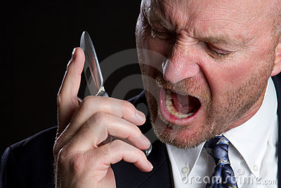 Hombre de griterío del teléfono