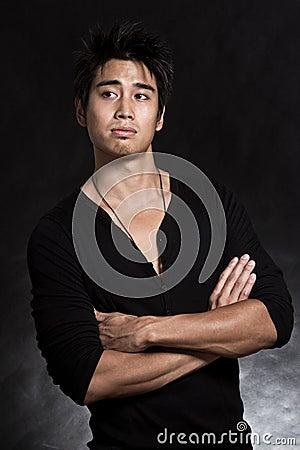 Hombre de moda americano asiático hermoso