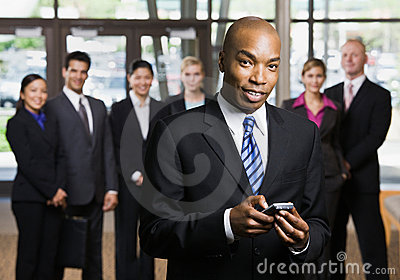 Hombre de negocios africano usando el teléfono celular