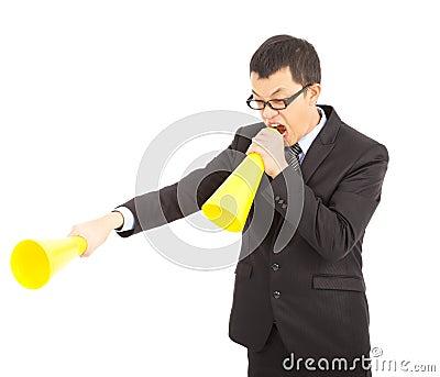 Hombre de negocios asiático que grita con el megáfono que anima