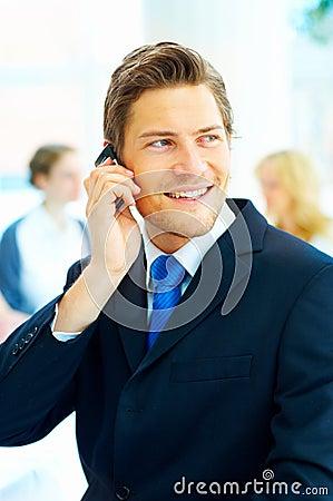 Hombre de negocios atractivo ocupado