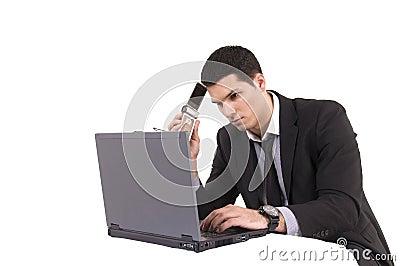 Hombre de negocios con el ordenador y el teléfono del top del revestimiento
