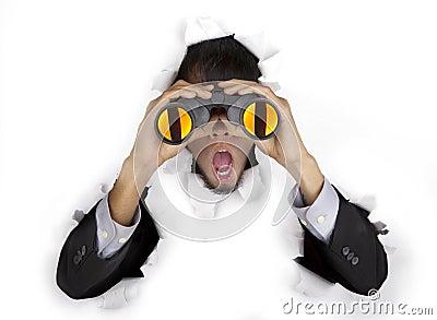 Hombre de negocios dado una sacudida eléctrica con los prismáticos