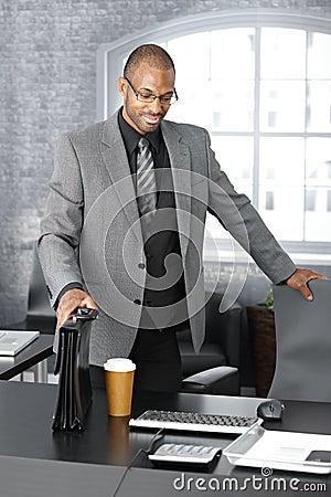 Hombre de negocios elegante que llega a la oficina
