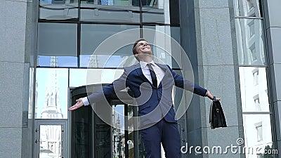 Hombre de negocios emocionado que muestra el gesto del ganador, celebrando éxito de la compañía, futuro almacen de metraje de vídeo