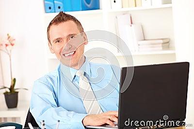 Hombre de negocios feliz