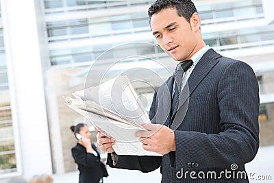 Hombre de negocios hermoso en el edificio de oficinas