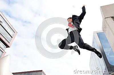 Hombre de negocios joven de salto